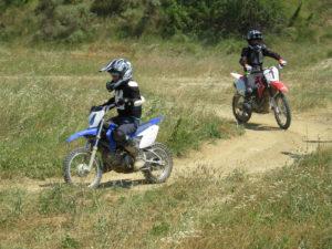 Moto cross enfant sur circuit